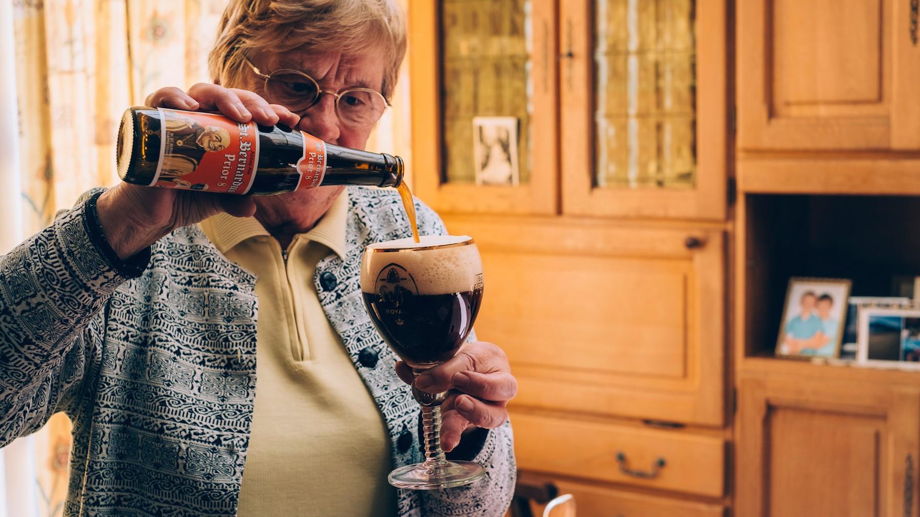 Bierdrinkende oma's-Denise-1-(c)-Liz-Dvorkina-web