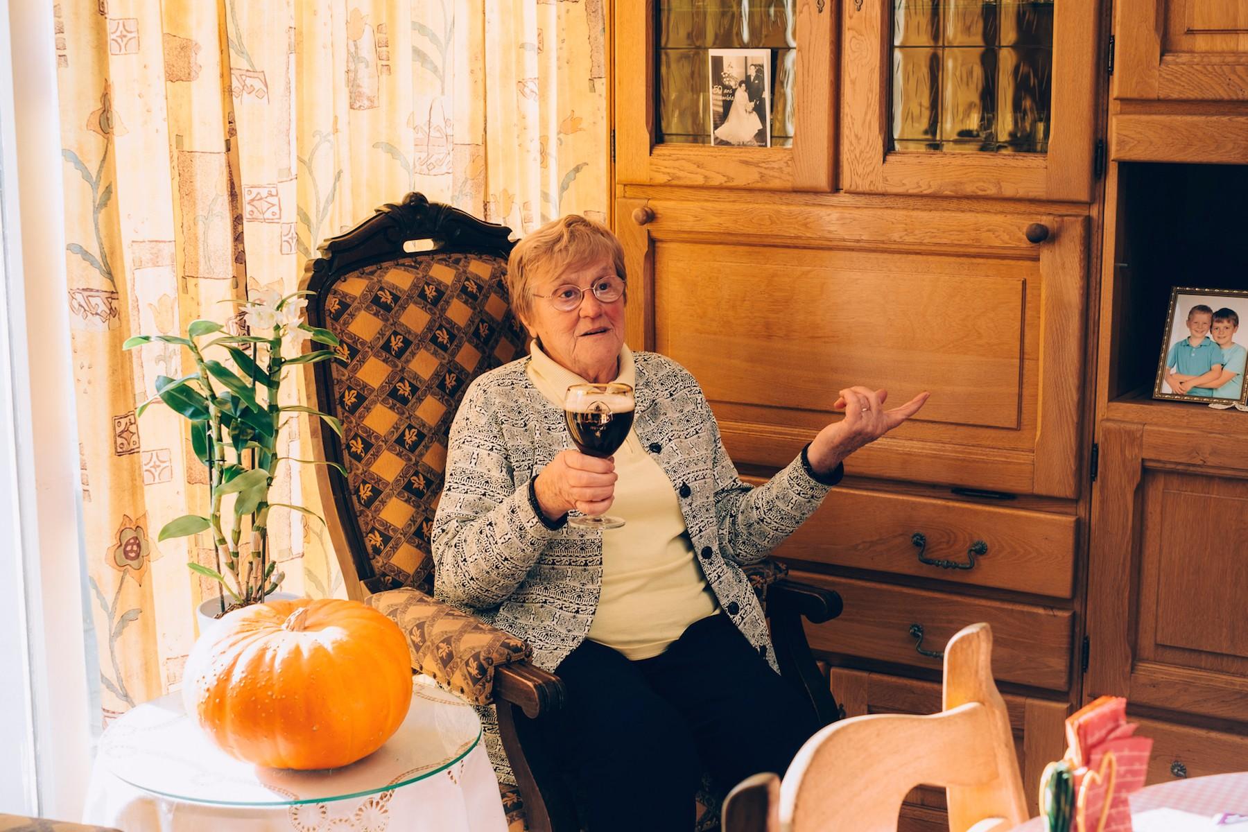 Bierdrinkende oma's-Denise-2-(c)-Liz-Dvorkina-web