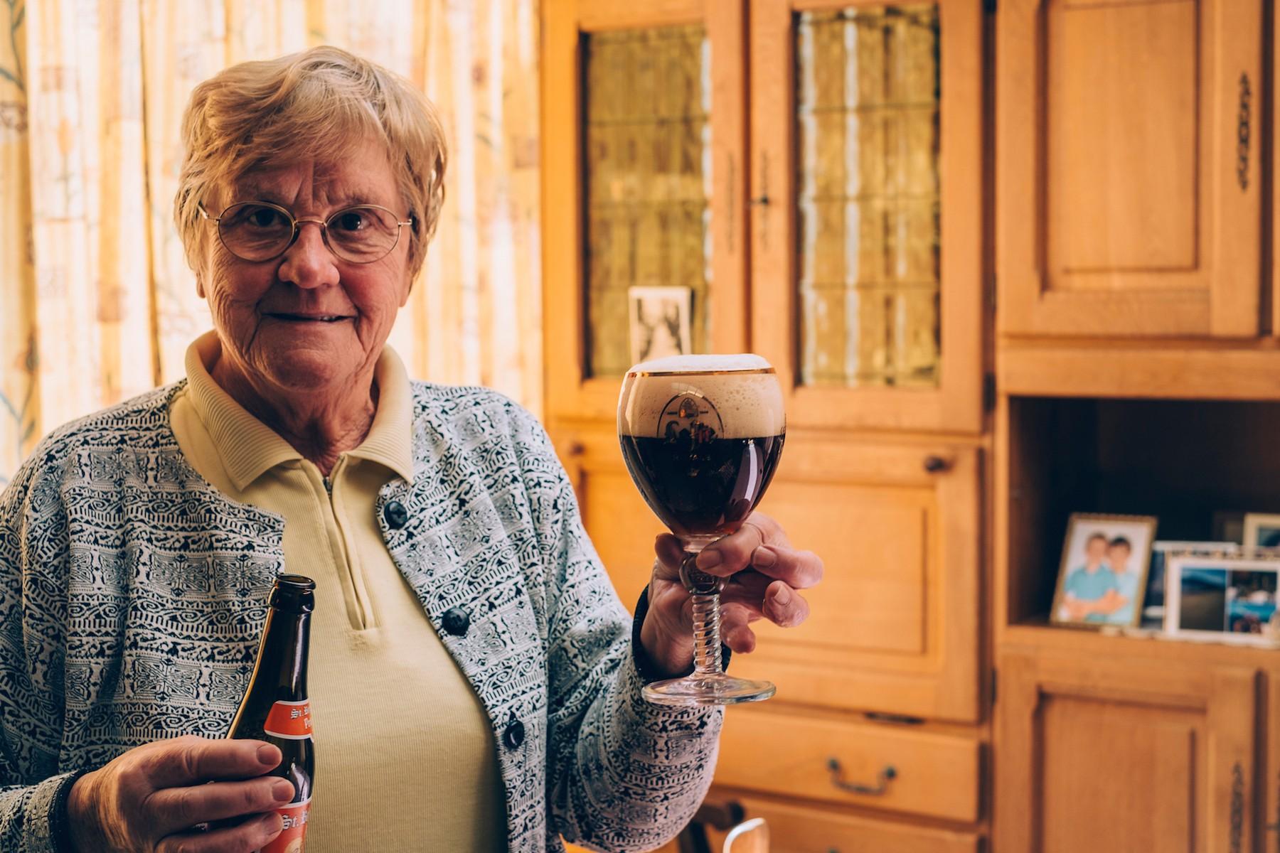 Bierdrinkende oma's-Denise-3-(c)-Liz-Dvorkina-web