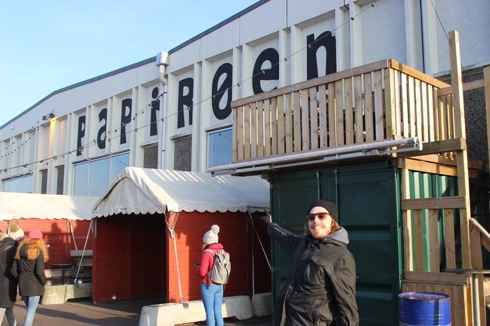 Forfatteren ude foran Papirøens street food marked. Foto: Rosa Lembcke