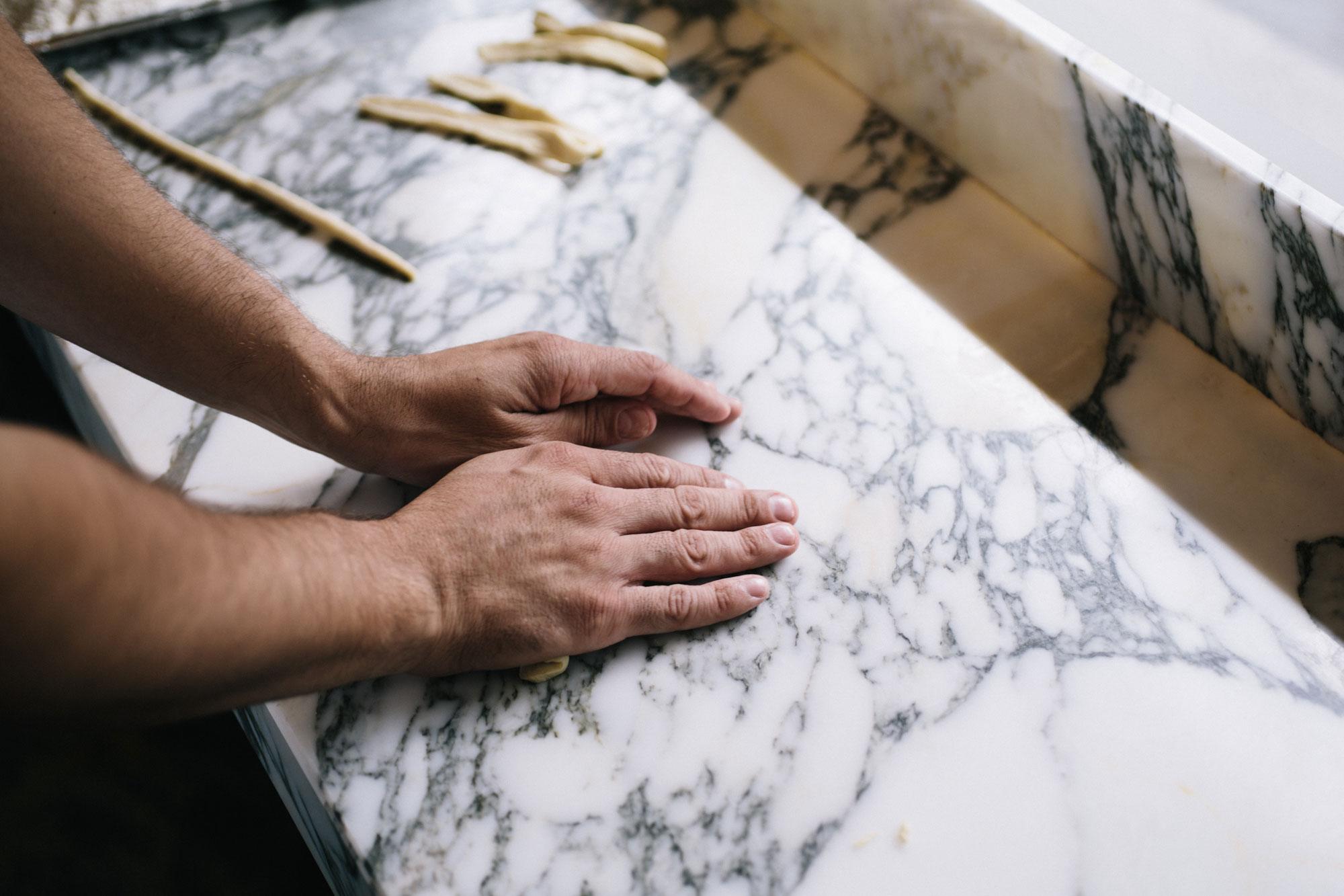 Padella-rolling-pici-hands