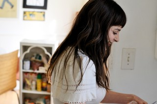 polito-frosting-cupcakes-in-her-la-kitchen