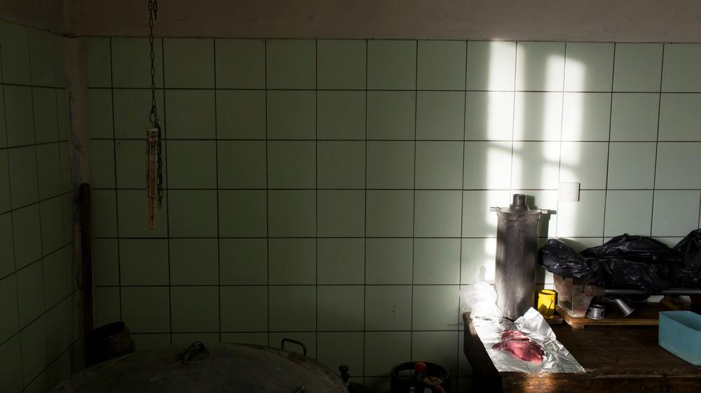 15/01/2014 - France / Aquitaine - Pendant la decoupe, le boucher reserve quelques morceaux de viandes de premier choix qui seront deguste par tous les participants. Le tue-cochon, ou fete du cochon, est une tradition des campagnes francaises, qui correspond a l'abattage, la decoupe et la cuisine de la viande de porc. Autrefois moment important de la vie rural, cette tradition se perd aujourd'hui. Simon Lambert / Haytham Pictures 15/01/2014 - France / Aquitaine - Kill the pig - During the slicing of the pig, ythe butcher put aside the best parts of the pig to be shared between the farmers, the owner and the butcher. Simon Lambert / Haytham Pictures