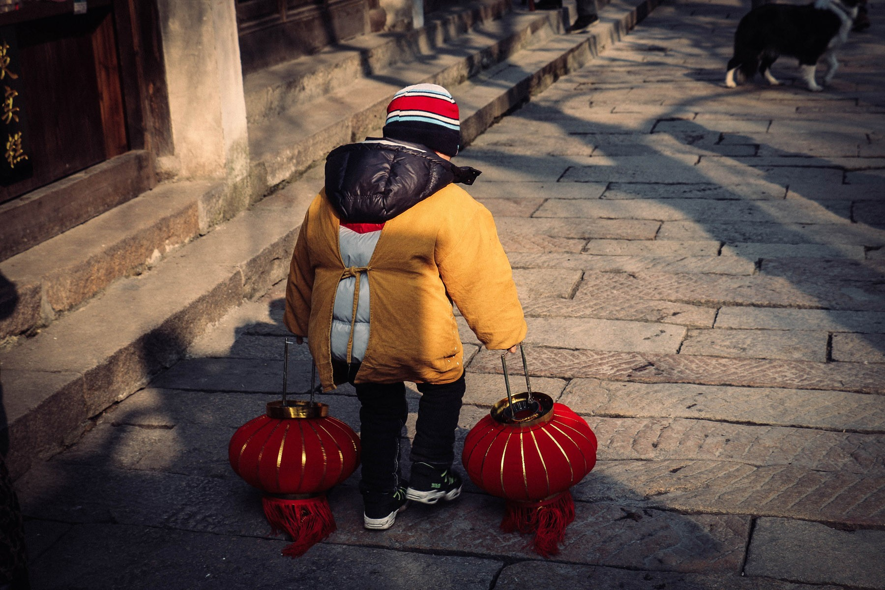boy-walking-around-with-lanterns-in-nanxun_24851799886_o