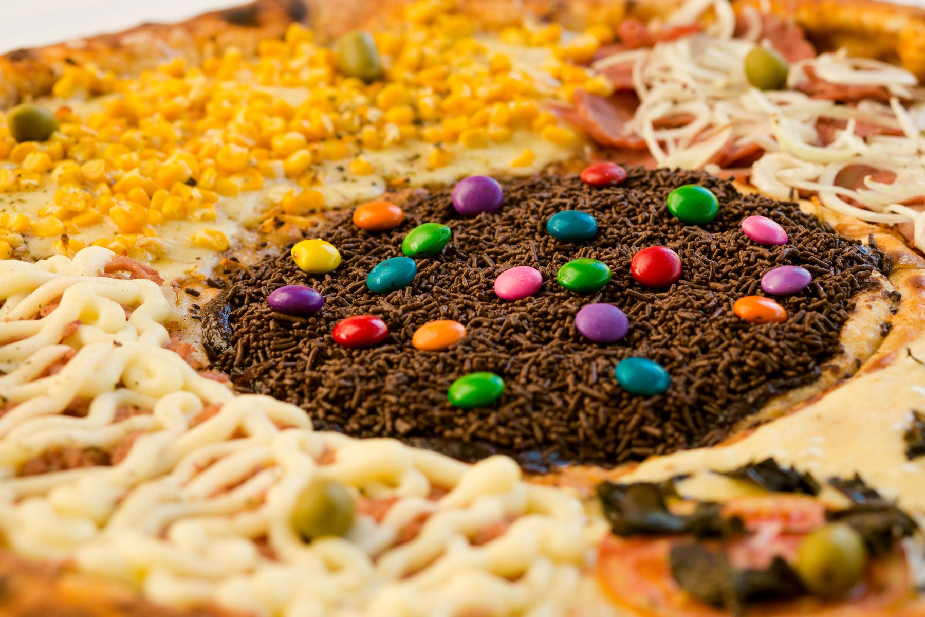candy-toppings-on-batepapo-pizza