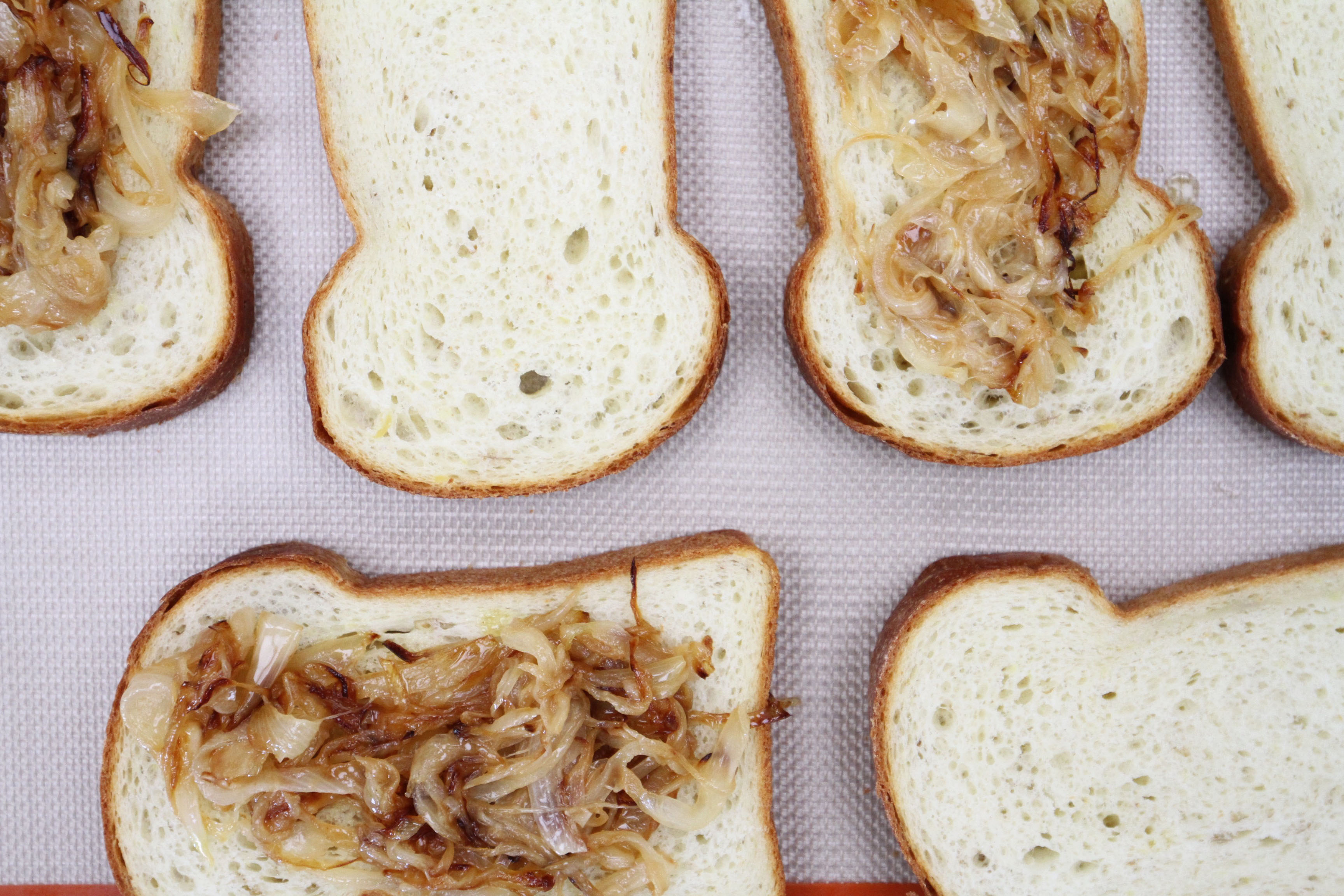 caramelized-onions-on-toasted-bread