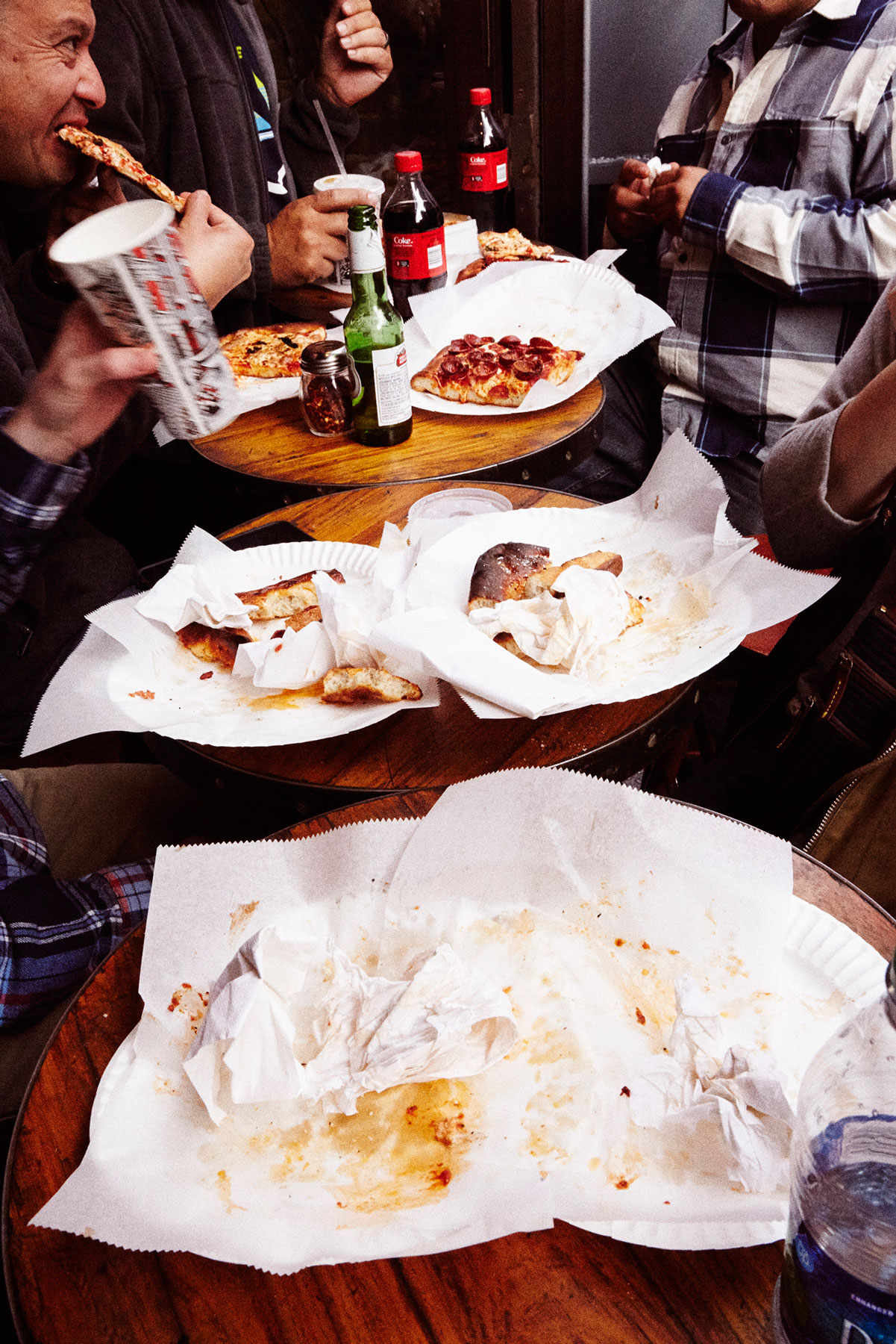 new-yorkers-eating-pizza