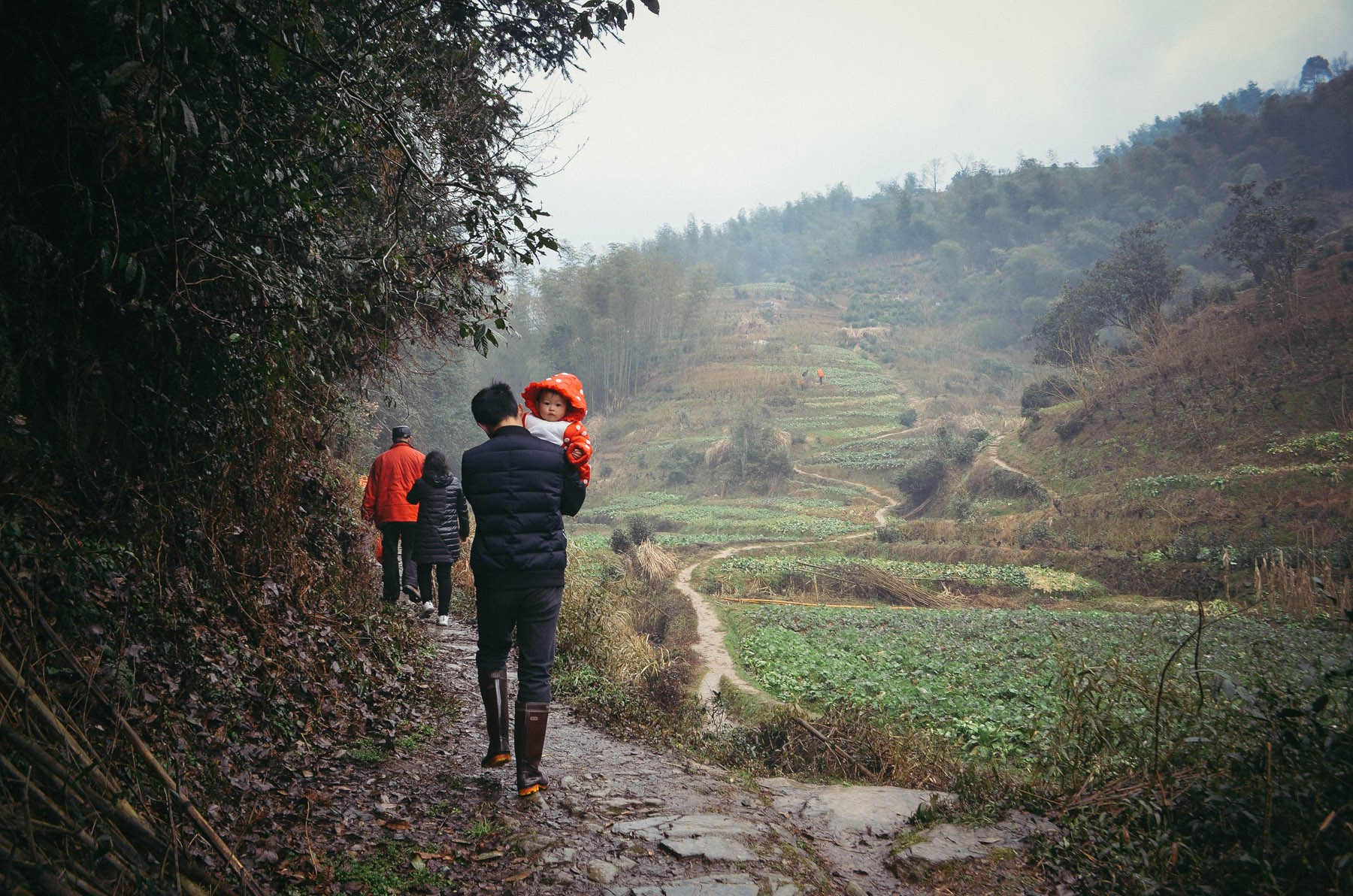 walking-from-sian-village-to-the-farmgravesite_24876850081_o