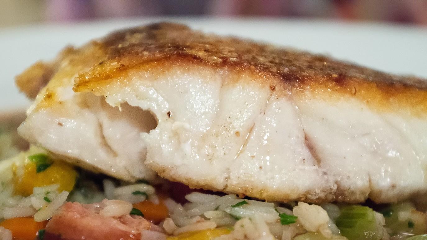 parásito comiendo pescado muerto